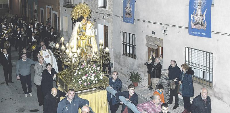 La primera visita de la imagen de la Mare de Déu a Xaló acerca a muchos alejados de la Iglesia Vecinos de toda la comarca acuden también a venerar a la 'Peregrina' en su recorrido