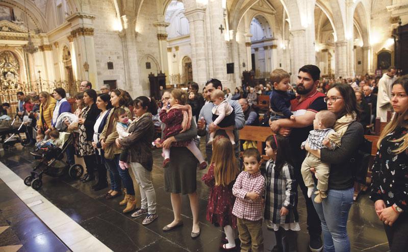 """La familia es el """"santuario de la vida"""" y los hijos  discapacitados, """"los predilectos del Señor"""" El cardenal Cañizares preside en la Catedral una misa con bendición de madres gestantes y niños"""