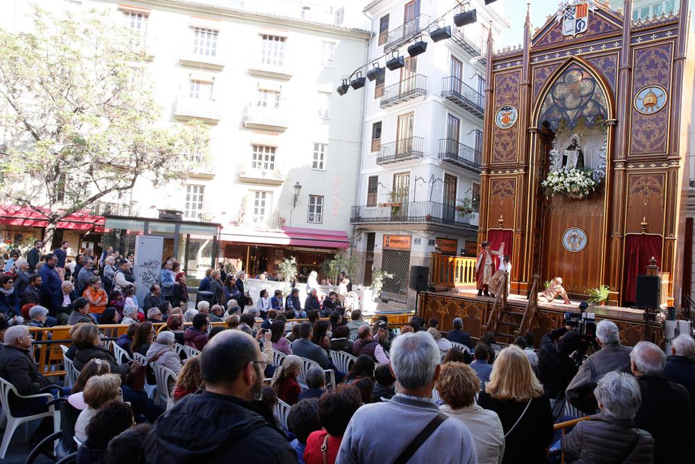 """Más de 300 niños valencianos representan en las calles de Valencia escenas y milagros de la vida de San Vicente Ferrer El Cardenal les agradece su """"maravillosa interpretación"""" porque además es """"una grandísima obra de difusión"""" del santo valenciano"""