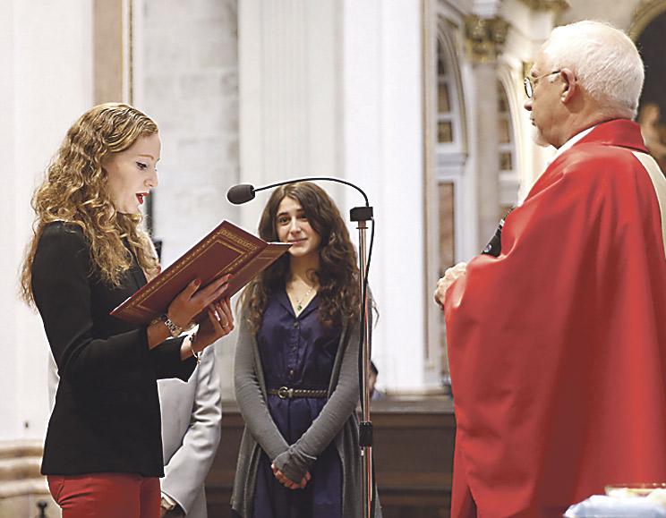 """""""Me he convertido a una religión alegre y muy participativa"""" Lisa Werner realizó en mayo una confesión pública de fe en la Catedral y recibió los sacramentos de la Confirmación y la Comunión"""