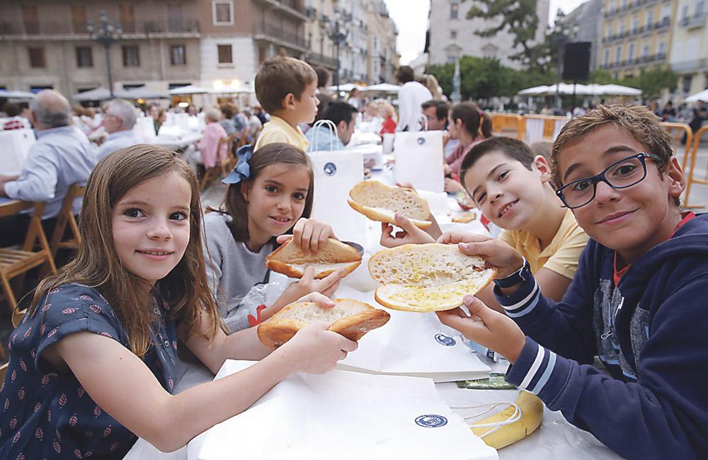 """""""Trabajar en Manos Unidas nos hace felices y conquista corazones"""" La 'Cena del hambre' llena la plaza de la Virgen de comensales de todas las edades para """"compartir lo que importa"""""""