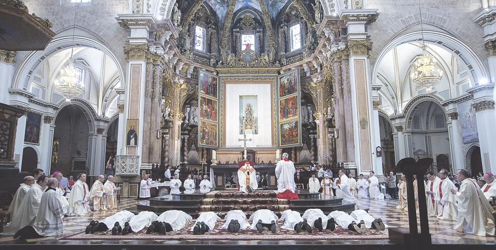 """""""Hablad con valentía y libertad y privilegiad a los pobres porque es la evangelización auténtica"""" El Cardenal anima a los diez nuevos sacerdotes de la diócesis a """"ser presbíteros santos"""""""