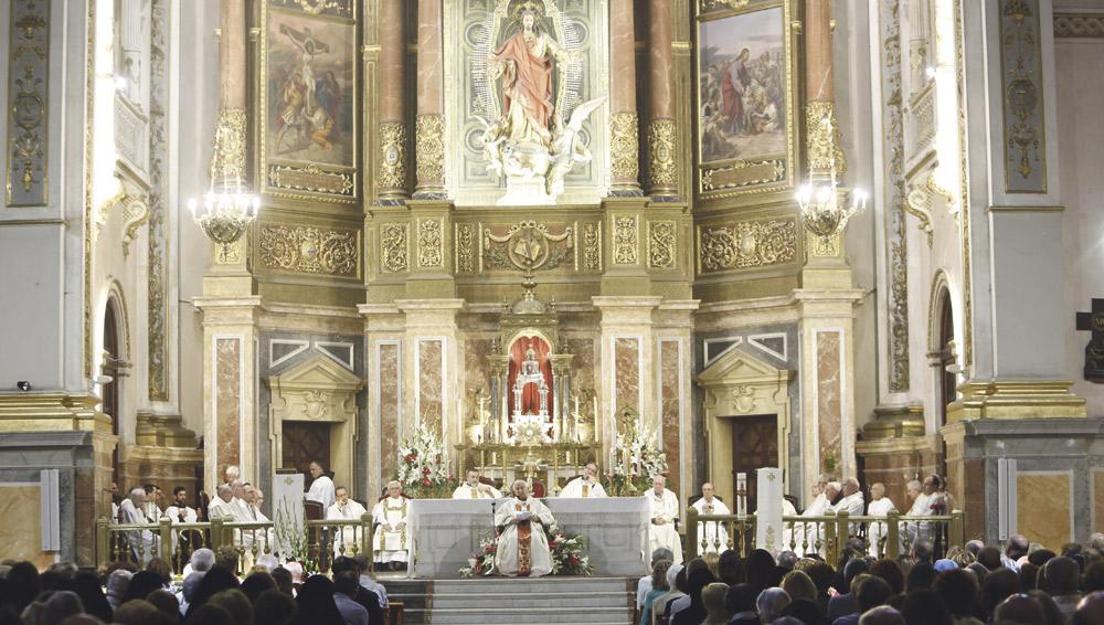 """El Cardenal consagra la diócesis al Sagrado Corazón como un """"compromiso misionero"""" En la iglesia de la Compañía, llena de fieles, y con volteo de campanas"""