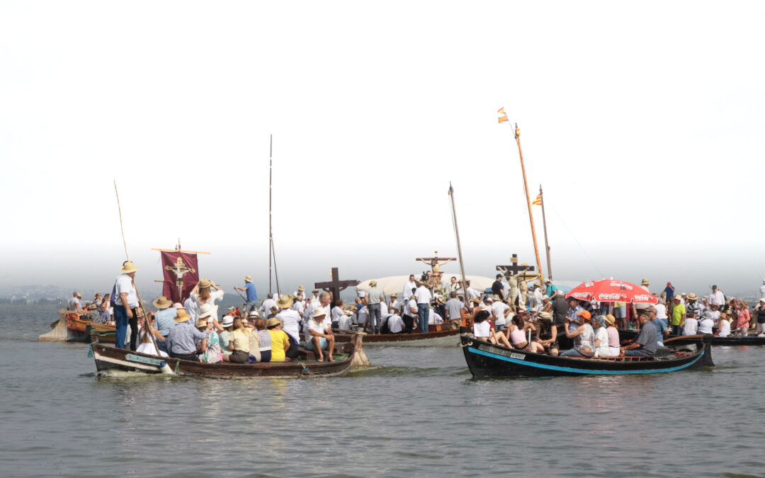 La Albufera 'jubilar' venera en el lago a sus Cristos Encuentro de los Cristos ribereños a bordo de barcas