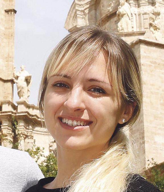 """""""Estoy convencida de que Dios pensó la música como un medio para hablar con Él"""" Entrevista a Athenas Venica, la célebre cantautora católica argentina, en Valencia, ahora de gira en España"""