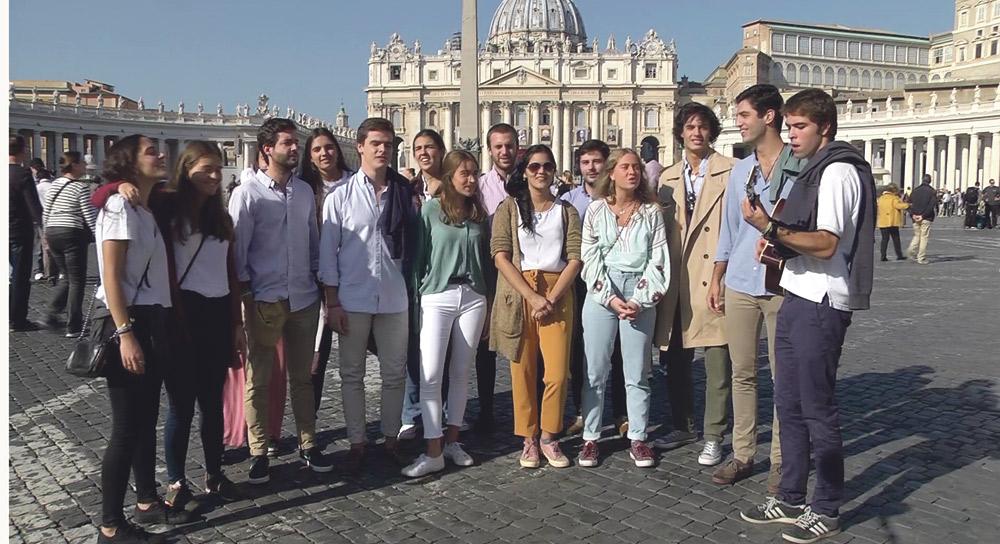 """El Papa insiste: """"Lío dentro y fuera"""" El Papa se dirigió a los jóvenes de Hakuna reunidos en Roma durante una Hora Santa en San Pedro"""