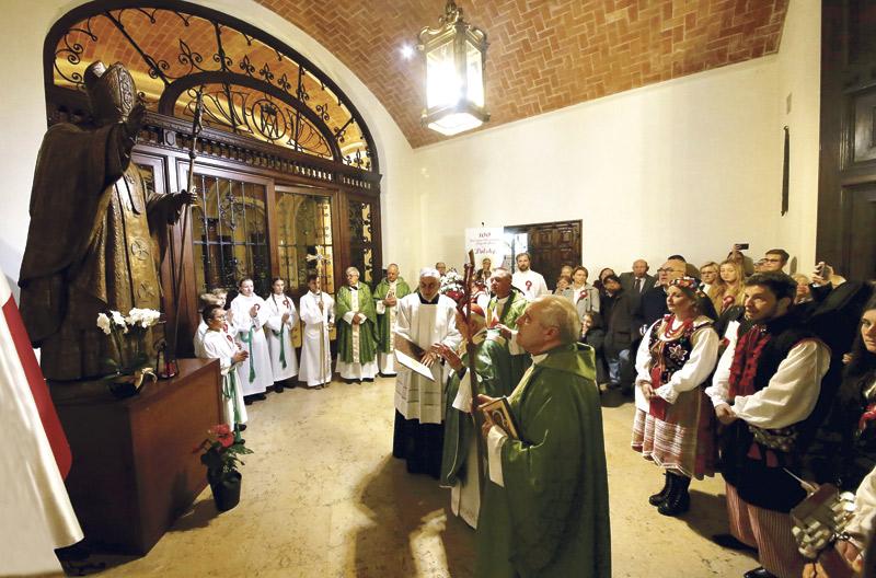 """La primera 'parroquia personal' de los polacos en España nace enValencia En una emotiva misa en la Seo ante cientos de familias de Polonia, el Cardenal reivindica a """"esta nación tan  querida, tan admirada y tan martirial"""" y la describe como """"bastión para la reconstrucción cristiana de Europa"""""""