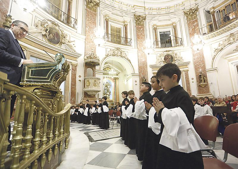 Once nuevos escolanes pasan a formar parte de la Escolanía de la Virgen Han celebrado la vestición en la Basílica, ante la patrona