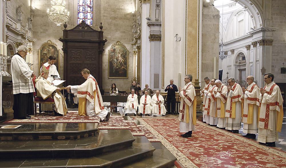 """Los nuevos ocho diáconos permanentes,  ordenados en presencia de sus esposas e hijos El Cardenal:""""Sois enviados al mayor servicio: anunciar que Dios ama sin límites"""""""