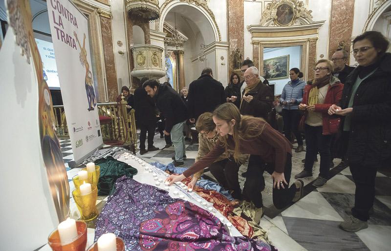 """Un """"¡basta!"""" desde Valencia a la trata de personas La Basilica de la Virgen de los Desamparados acoge una vigilia para rezar por el fin de esta lacra"""