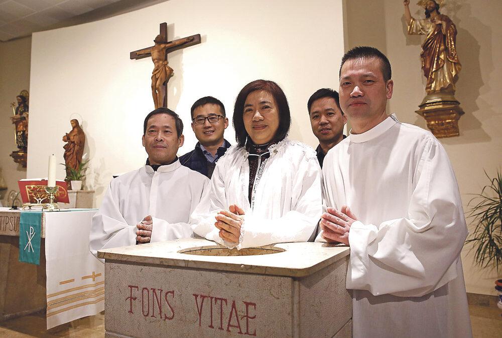 """Chinos católicos en Valencia: """"La fe cambia vidas"""" Crece la comunidad católica china con nuevos miembros que reciben los sacramentos de iniciación cristiana"""