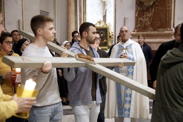 La cruz de los cristianos perseguidos es portada por jóvenes por el centro de Valencia A los pies de la Cruz de Mosul