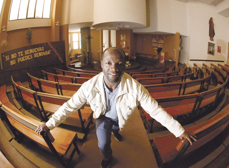 """Vivió el genocidio en Ruanda hace 25 años y hoy es párroco en Valencia: """"La única esperanza era Dios"""" Dominique, titular de San Pedro Pascual, tenía 17 años cuando presenció las matanzas en su país"""
