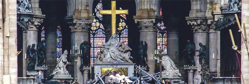 La fe, en pie pese al fuego y el terror En París, la catedral de Notre Dame se salva in extremis de su destrucción total en un devastador incendio