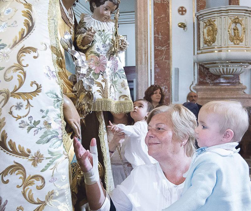 """""""Deseo que la Mare de Déu me escuche y me dé fuerzas"""" Cientos de personas participan en el Besamanos a la Virgen de los Desamparados"""