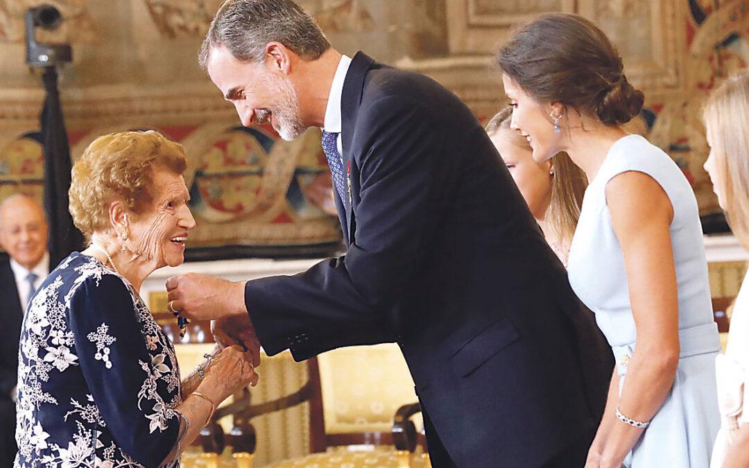 El ejemplo de Clotilde, de portada en  PARAULA a portada en toda España Clotilde Veniel, la voluntaria de 107 años de la Cáritas de Bicorp, recibio la Orden del Mérito Civil de manos del rey Felipe VI
