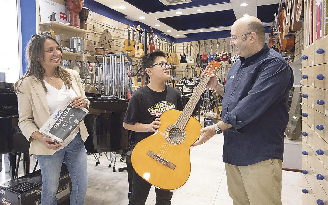 Xukai recoge supremio PARAULA: una guitarra deUME Unión Musical CONCURSO PARAULADE DIBUJO INFANTIL