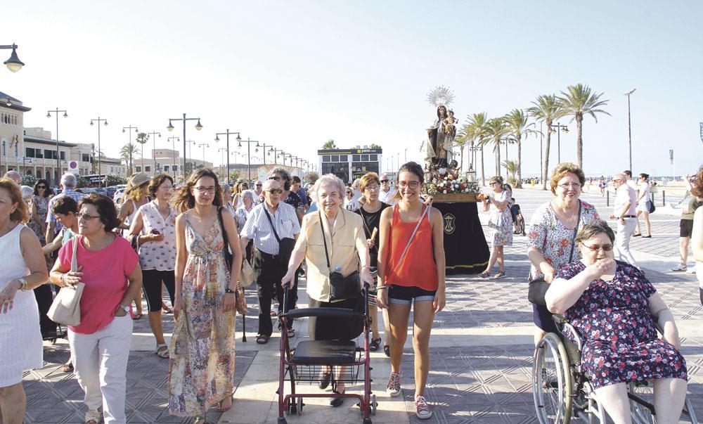 """Enfermos y mayores ponen en manos de la Virgen del Carmen """"el mar de nuestra vida"""" La imagen visita el centro regido por las Hospitalarias, en la Malvarrosa, que abre los actos de su centenario"""