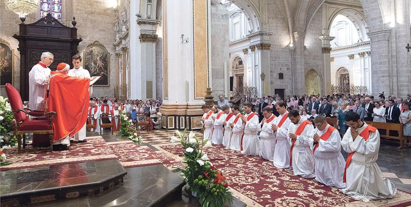 """""""Sed testigos valientes del Evangelio, audaces y libres para anunciarlo obedeciendo a Dios"""" El Cardenal confiere la ordenación sacerdotal a diez diáconos en una misa solemne en la Catedral"""