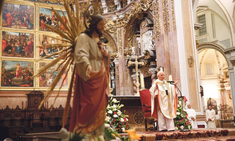 El Cardenal renueva la consagración de la diócesis de Valencia al Sagrado Corazón En una misa en la Catedral tras una procesión que recorre las calles del centro histórico