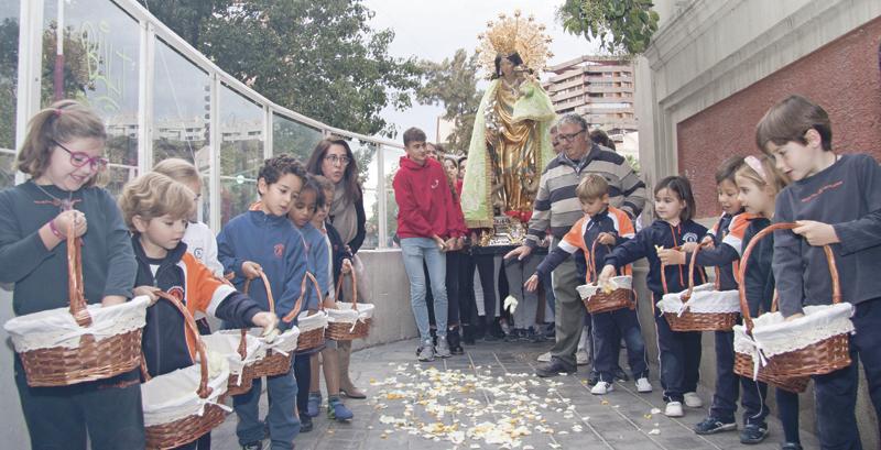 Cuando la Mare de Déu llega al 'cole' Con dibujos, oraciones y poesías reciben los alumnos a la imagen peregrina de la Virgen en el colegioSan José de Calasanz, de Valencia, de los Escolapios, en una visita de dos días promovida por los padres de familia
