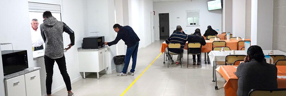 Una noche con los acogidos en el nuevo  albergue de Cáritas en Valencia