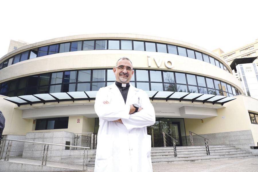 """""""El cáncer no es sinónimo de muerte, sino de lucha"""". Juan Ramón Lozano, capellán del Instituto Valenciano de Oncología"""
