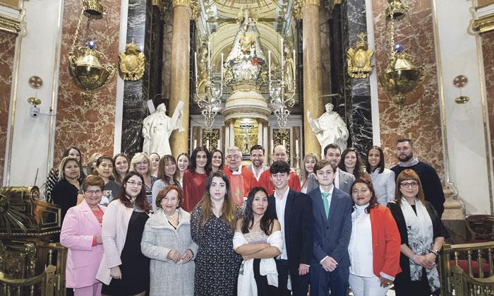 Veinticinco adultos reciben los sacramentos de iniciación cristiana ante la Mare de Déu Dos se bautizaron y comulgaron por primera vez, además de confirmarse