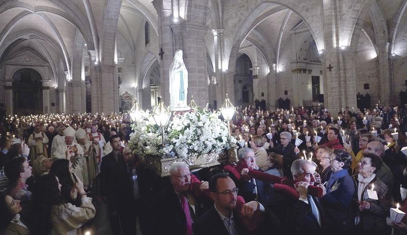 """El Arzobispo: """"Además de tratamiento, el enfermo ha de recibir amor""""La 'misa de las antorchas', que presidió el Cardenal en la Jornada Mundial del Enfermo, llenó la Seo"""
