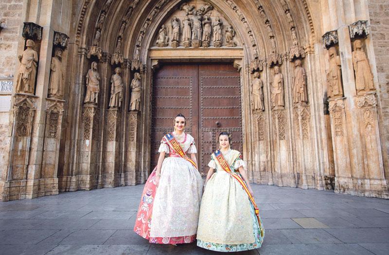Las falleras mayores,  en la Seo Consuelo y Carla conocen el Santo Cáliz