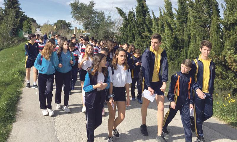 El aire puro más sano para la clase Dos mil alumnos de colegios diocesanos participan en rutas senderistas a Agres y Vilamarxant