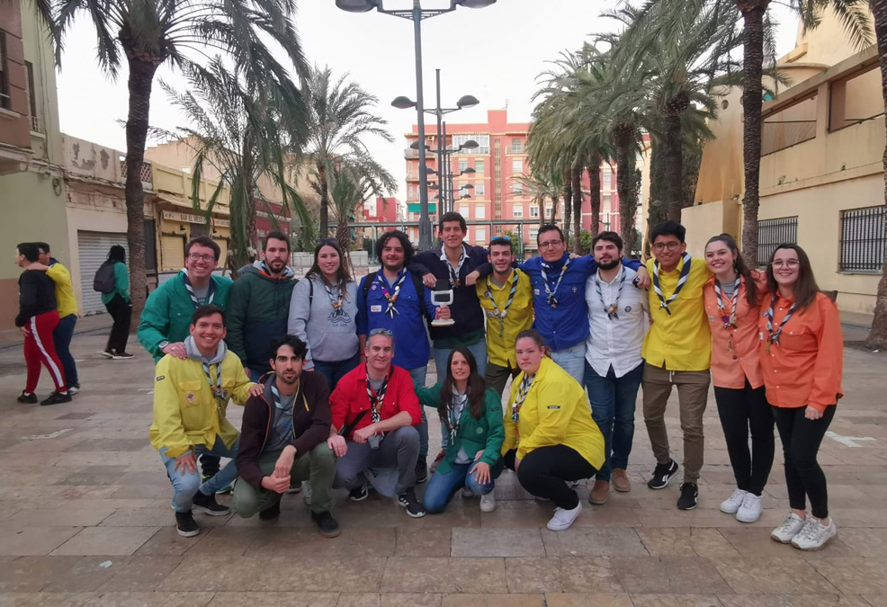 Jóvenes voluntarios se ofrecen en dos barrios de Valencia para hacer la compra para personas que lo necesiten en una iniciativa parroquial