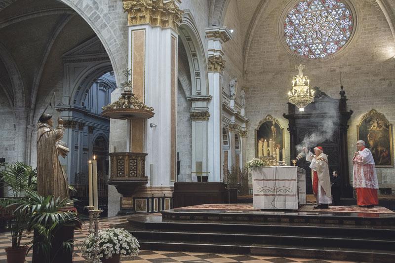 """""""Desde aquí, san Vicente Ferrer bendice a toda Valencia"""" A puerta cerrada, en la Catedral, el Cardenal oficia una solemne misa """"sencilla,  silenciosa y, sin embargo, rica y auténtica"""" en honor del patrón regional"""