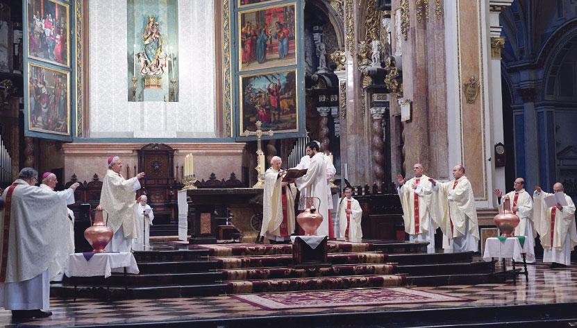 """""""La Iglesia universal está presente aunque  se halle dispersa y encerrada en casa"""" El Cardenal preside la Misa Crismal a puerta cerrada en la Catedral"""