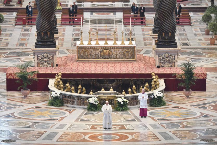 """""""En Cristo resucitado conquistamos el  derecho a la esperanza, que viene de Dios"""" El Papa lanza mensajes de ánimo frente a la pandemia durante unos oficios de Semana Santa sin fieles"""