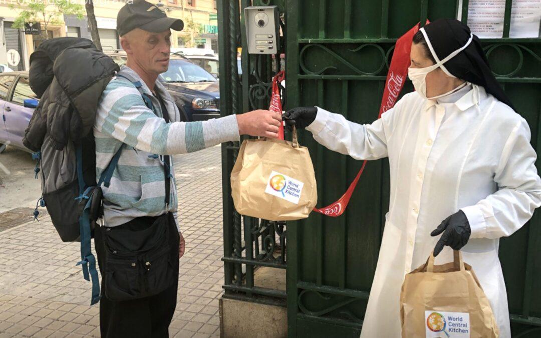 Las Madres de Desamparados y S. José de la Montaña reparten comida a diario Durante la pandemia, a los bocadillos unen bolsas con menús