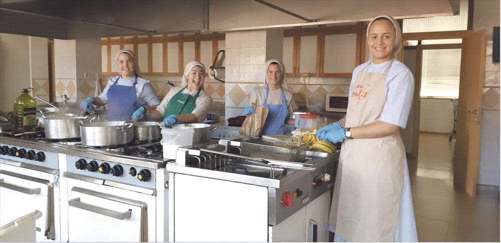 Con Dios entre los pucheros: cuatro religiosas cocinan para 40 personas en pobreza extrema Les preparan comida y se la dan con un escrito de ánimo a las puertas del colegio Pureza, de Valencia