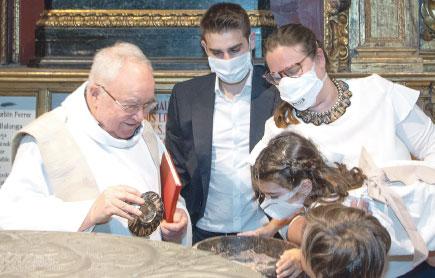 Vuelven los bautizos a la pila bautismal de S. Vicente Ferrer tras cancelar un centenar