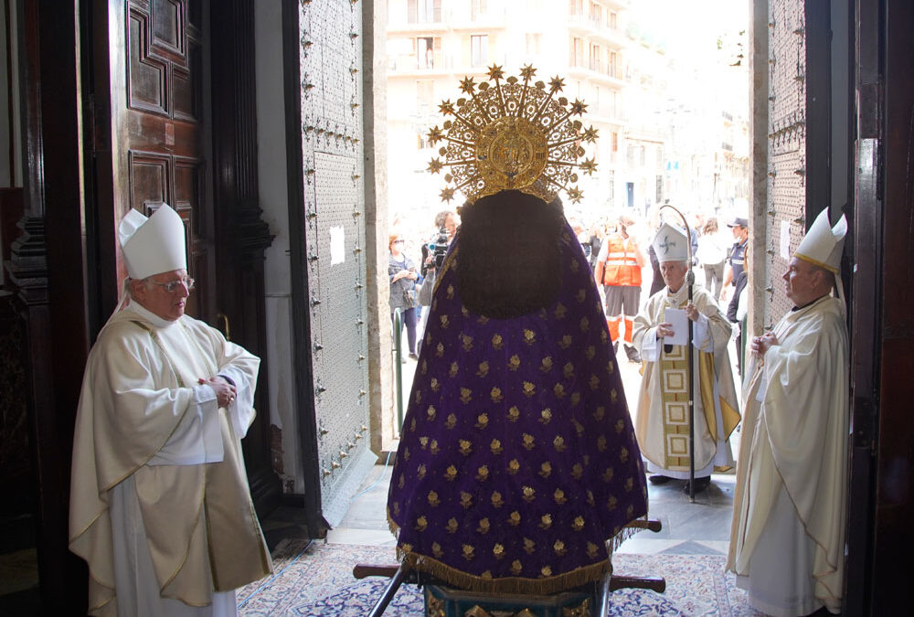 Desde dentro de la Basílica la Mare bendijo a su pueblo mientras sonaba el himno regional