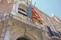 La diócesis recuerda a las víctimas de la pandemia del coronavirus Con banderas a media asta, crespones negros y oraciones