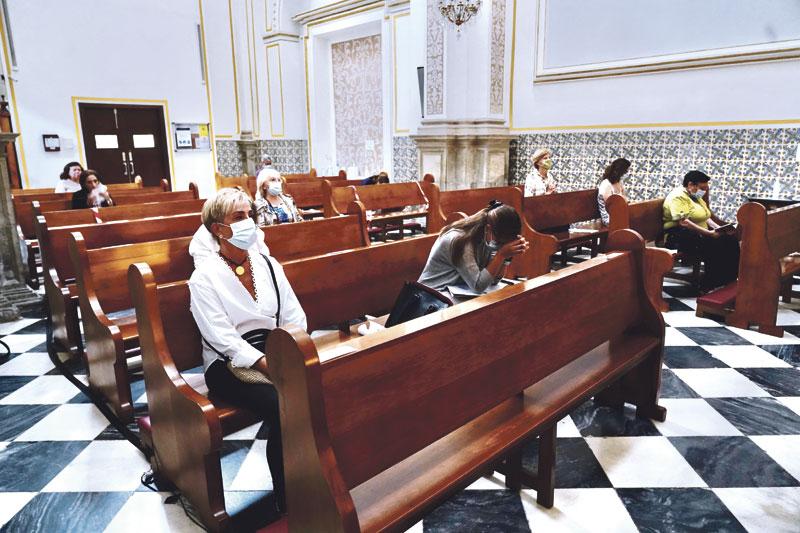 Las capillas de Adoración Eucarística de la diócesis reanudan su actividad La de San Juan Bautista, de Alzira, precisa refuerzos de  adoradores para poder reabrir tras la pandemia