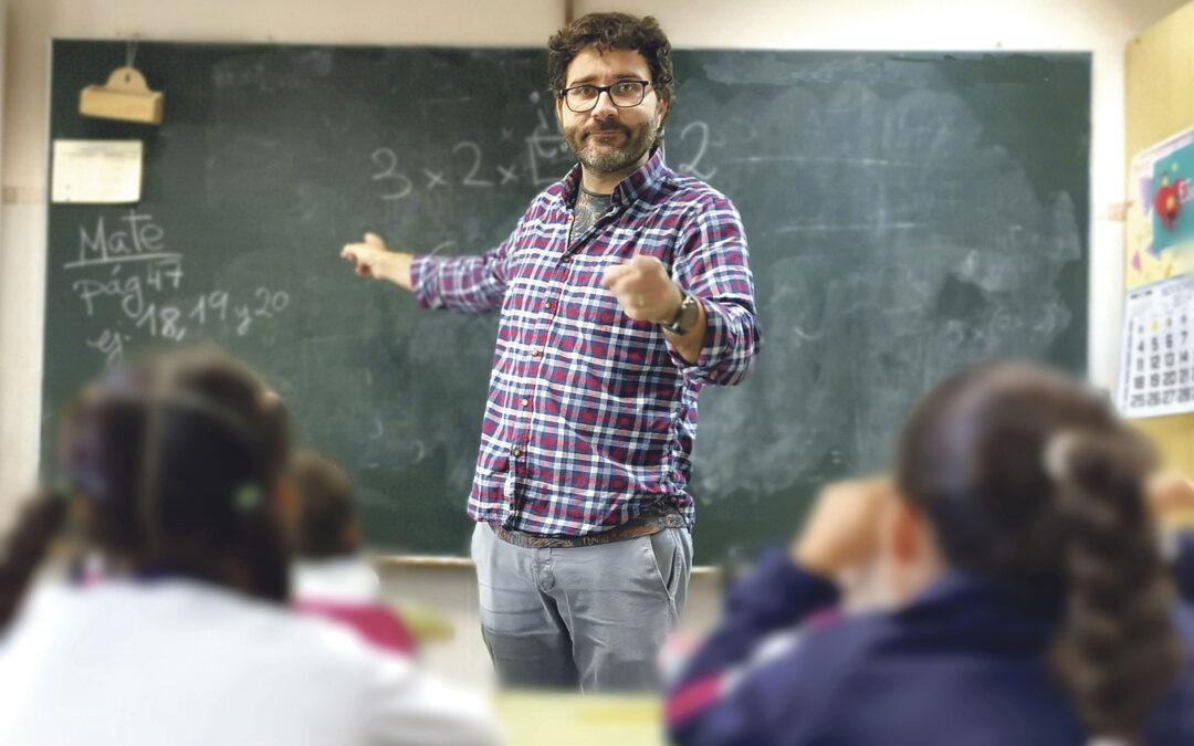"""""""Si no educamos la parte espiritual, ¿quién lo va a  hacer, el Fortnite o la televisión?"""" Francesc Nogales, maestro valenciano del colegio San Enrique de Quart de Poblet, ha sido premiado como el segundo mejor docente de España en los 'Premios Educa Abanca'"""