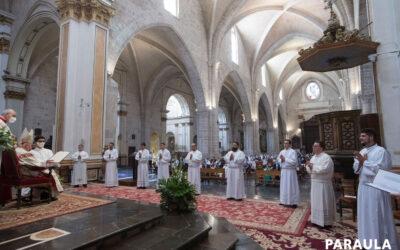 """Diez nuevos diáconos, """"para servir y no cerrar los oídos ante los que piden ayuda"""" La Catedral acoge la ordenación diaconal presidida por el arzobispo de Valencia"""