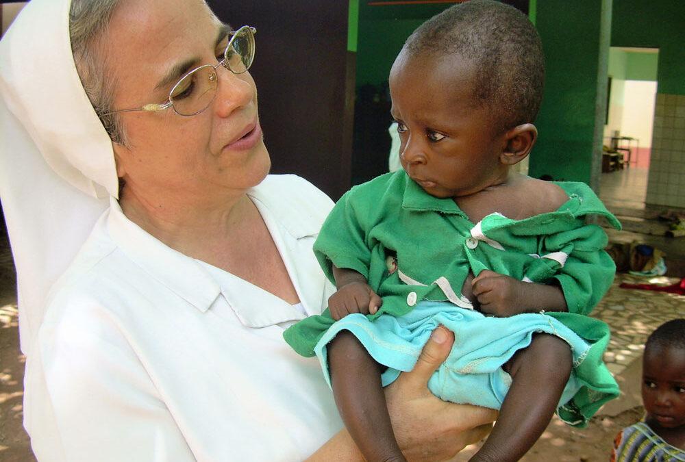 Mascarillas solidarias contra la desnutrición infantil El Hospital La Salud colabora con las Hnas. de la Caridad de Santa Ana en África