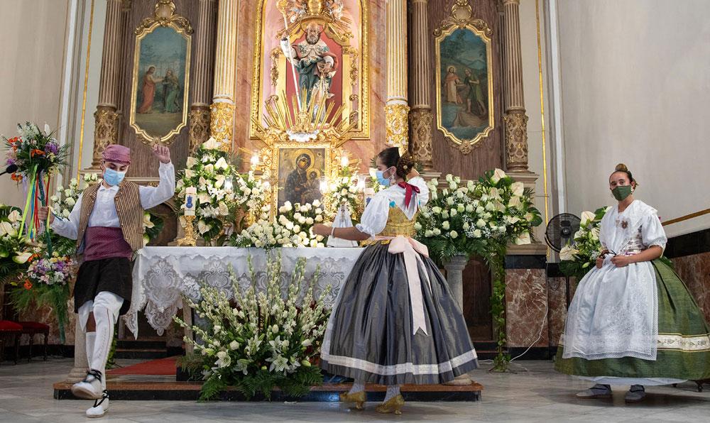Canet colma su Año Santo con una fiesta de fe ante la patrona  La parroquia recibe a los vecinos repartidos en sectores y en diferentes franjas  horarias en una vigilia de oración con cantos, danzas y poemas