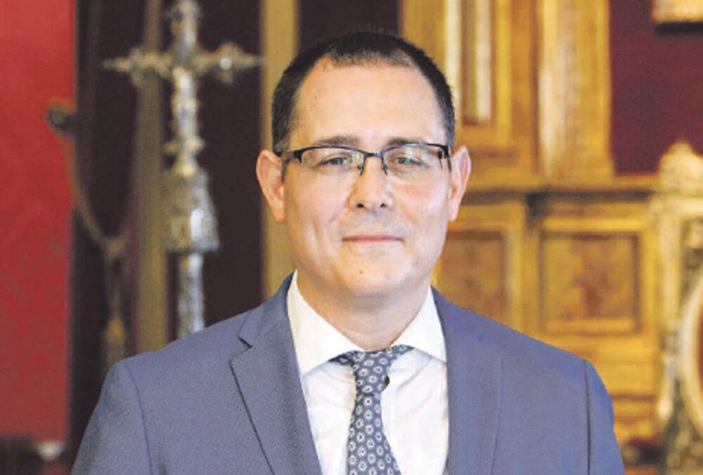 """Antonio Sales, nuevo ecónomo diocesano, el primero laico: """"Sigamos por la senda de la transparencia"""" Nombrado por el cardenal Cañizares, sustituye al sacerdote Vicente Fontestad, quien continúa como vicario general"""