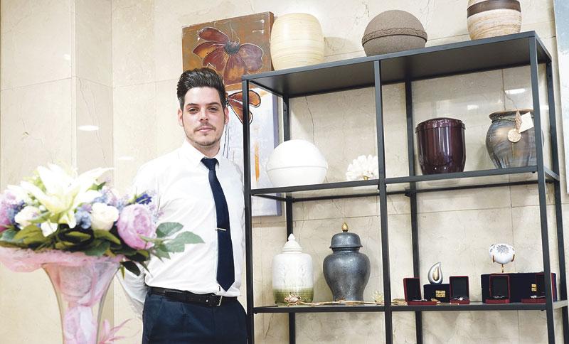 «Desde la funeraria, tratamos de ayudar a superar el duelo y rezamos con la familia» Omar Tortosa fue enterrador y hoy está al frente de una empresa familiar de Manises