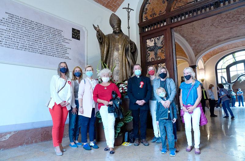 «San Juan Pablo II, ruega por los enfermos de la pandemia» Fieles de la comunidad polaca en Valencia rezan y cantan ante la estatua del 'Papa Grande' en su festividad litúrgica