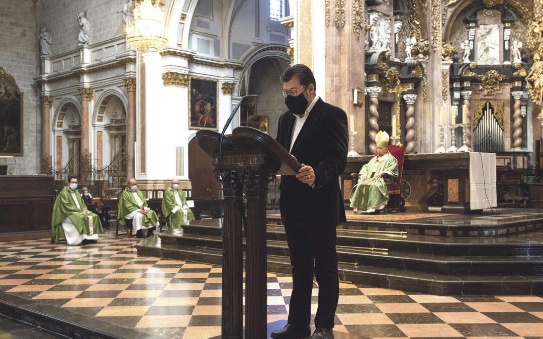 El Arzobispo, a los profesores de Religión en centros públicos: «Valor, confianza y fe» Les entrega en la Catedral la 'missio canónica' para impartir la asignatura