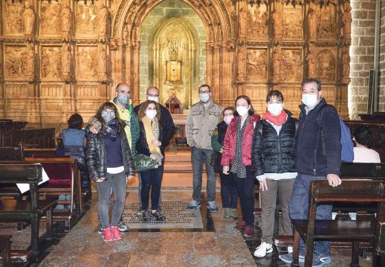 Fieles de Paiporta peregrinan hasta la catedral de Valencia para ganar el jubileo Algunos de los peregrinos realizaron el trayecto a pie